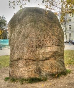 Kamień memorialny przedstawiający datę zalożenia m. Wilna (obok placu katedralnego)
