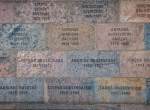 Ściana na zewnątrz muzeum z nazwiskami ofiar. Autor zdjęcia: Jacob Poul Skoubo